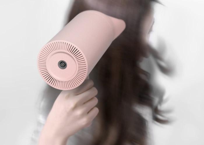 香薰电吹风,让女士们在吹头的同时,将香水喷在头发之上。