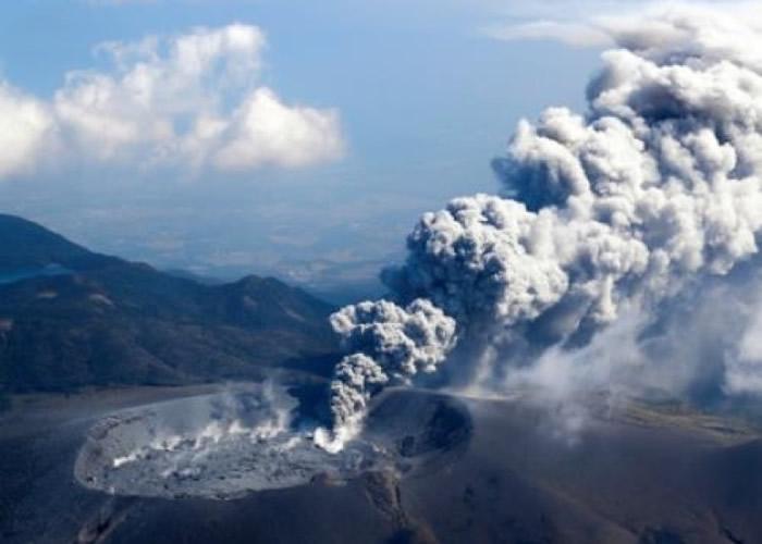 新燃岳火山再度喷发。