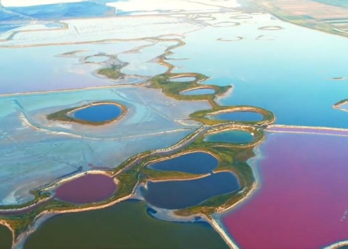 盐湖犹如色彩斑斓的调色碟。