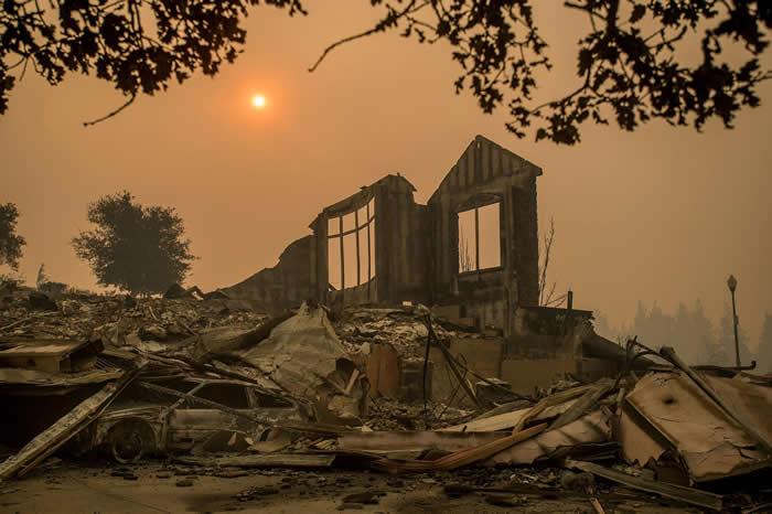 塔布斯野火(Tubbs fire)10月10日肆虐加州,圣塔罗莎市Chanterelle Circle一处住家只剩下伫立的断垣残壁。塔布斯野火是加州史上第六大致