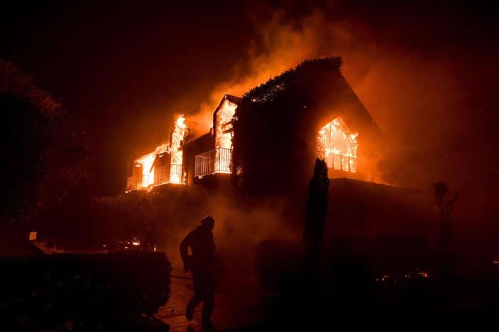 10月9日,野火吞噬了加州纳帕郡一处葡萄园Signorello Vineyards的主要建筑,至今将近有3500栋商办与住家遭野火烧毁。 PHOTOGRAPH