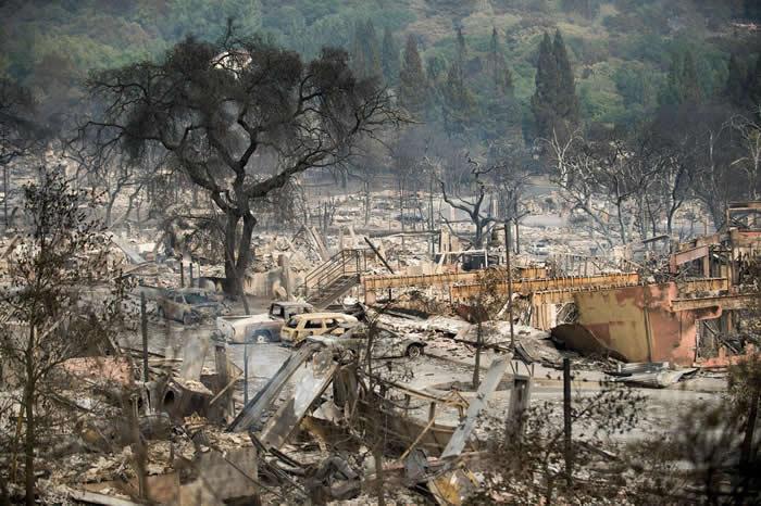塔布斯野火(Tubbs fire)把加州圣塔罗莎郡Fountaingrove Village 的建筑物夷为平地。 PHOTOGRAPH BY NOAH BERG
