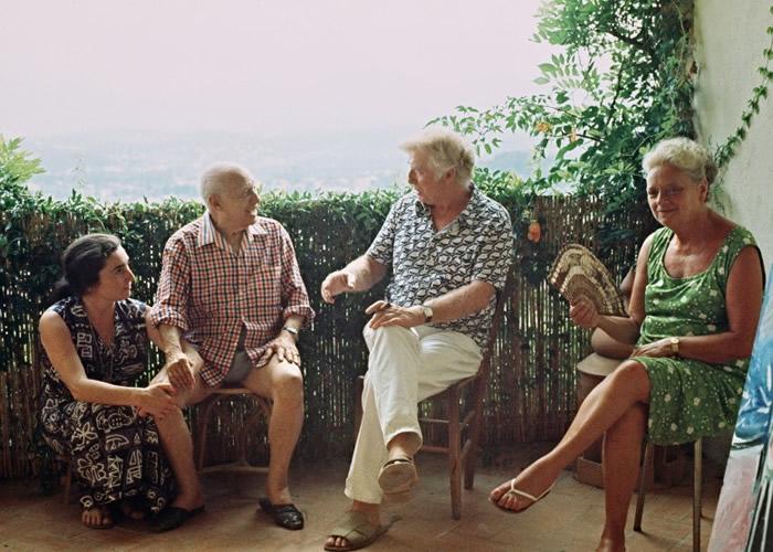 毕加索(左二)在该故居大宅度过创作事业的高峰期。左一为其第二任妻子罗克。