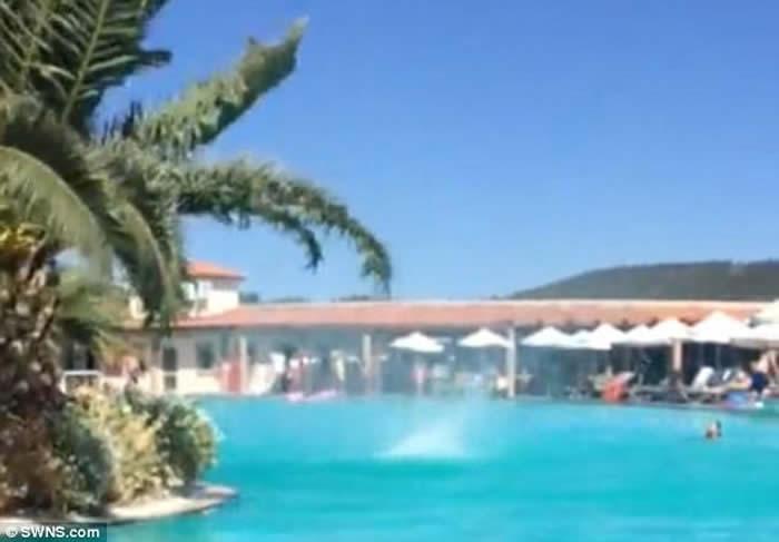 希腊罗滋岛酒店露天泳池竟出现微型龙卷风