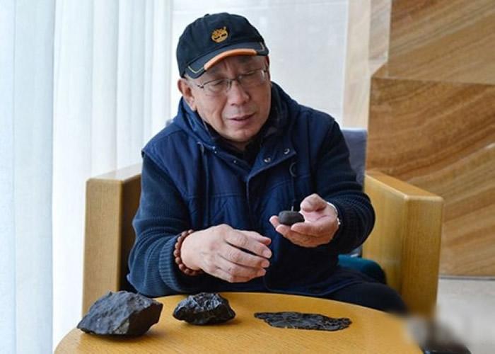 张宝林展示真正陨石样本。