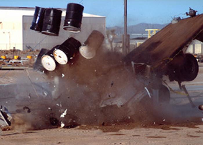 """日本oei工业为防止恐怖袭击设计新式防撞柱 时速80km卡车冲撞""""碎如纸片"""""""