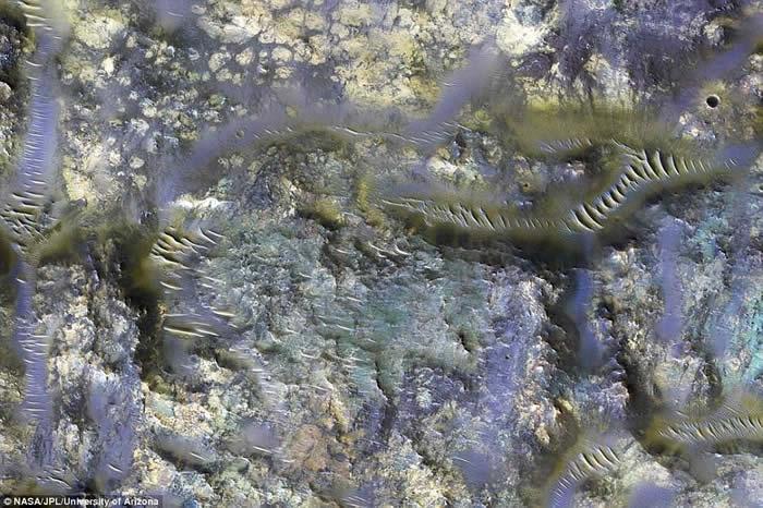 美国太空总署(NASA)发布超高清影片展示火星上多个坑洞地形
