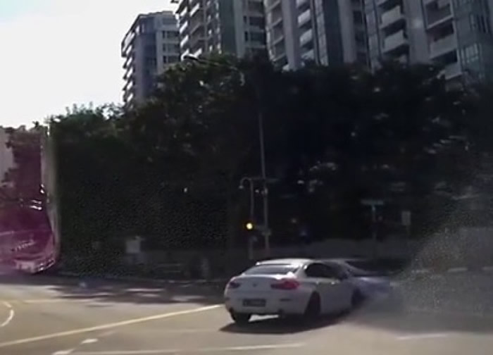 白色车与突然出现的银色车相撞。