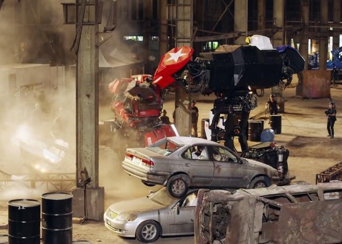 双方激战连连,机器人甚至冒出白烟。
