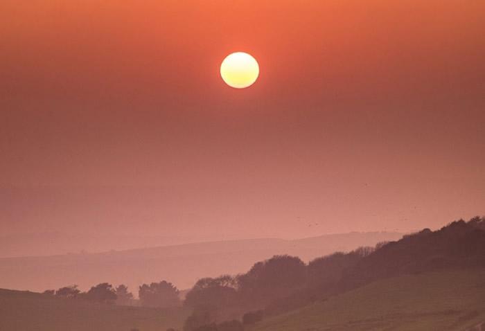 在怀特岛,烟霞中的太阳显得有点凄美。