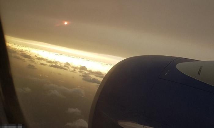 有在伦敦希思路机场上空客机的旅客,拍下异色太阳。