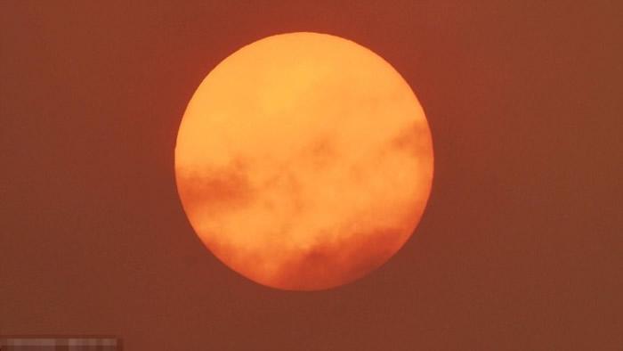 汉普郡利明通出现红太阳。