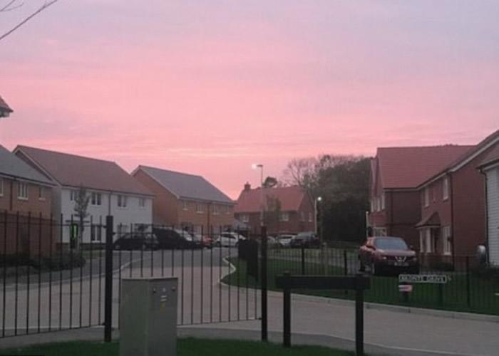 萨塞克斯郡的天空出现一抹悦目红霞。