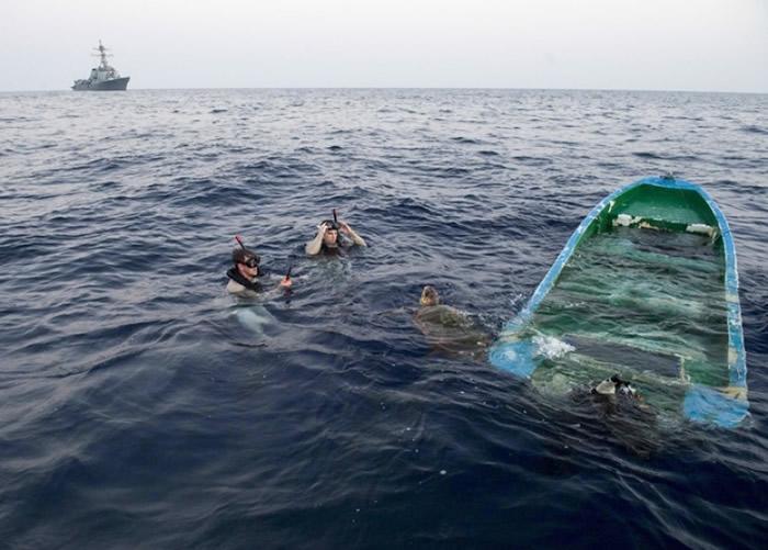 船员成功救出被困的海龟。