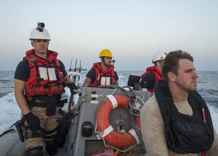 船员得悉事件后,乘坐橡皮艇出海救海龟。