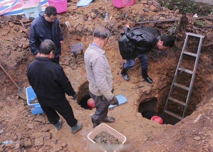 文物保护人员在场挖掘。