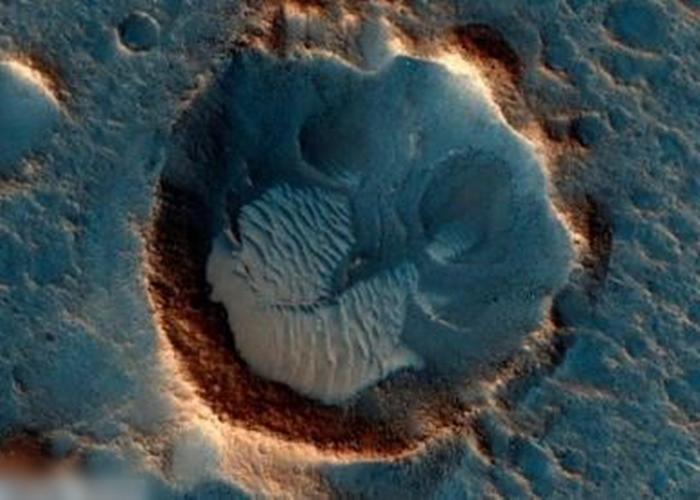 美国太空总署(NASA)日前公布的火星高清图片,显示火星南部有平原及沙丘的面貌。(资料图片)