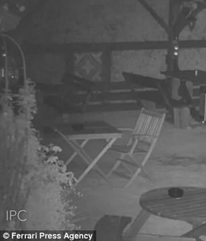 灵异事件:英国坎特伯雷闹鬼酒吧家具离奇移动