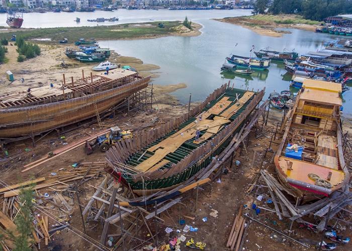 海南临高县明路造船厂正在加紧手工制造两艘220吨和一艘130吨的大木船。