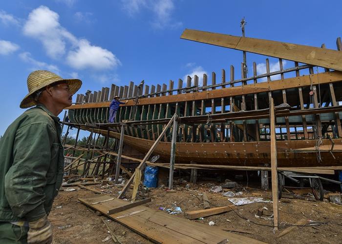 一艘220吨的大木船已初步成型。