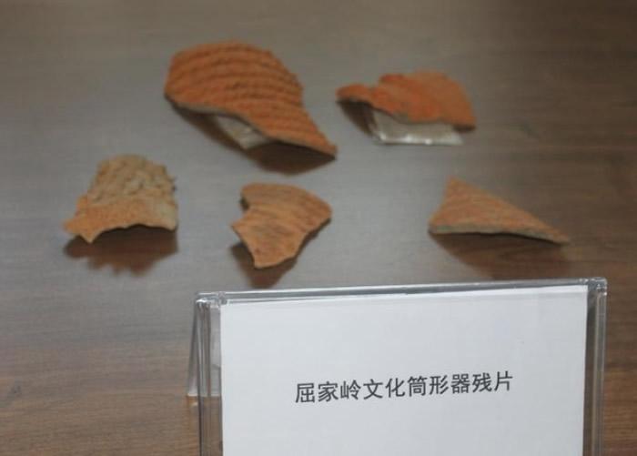 出土的陶筒形器残片是典型的屈家岭文化遗物。