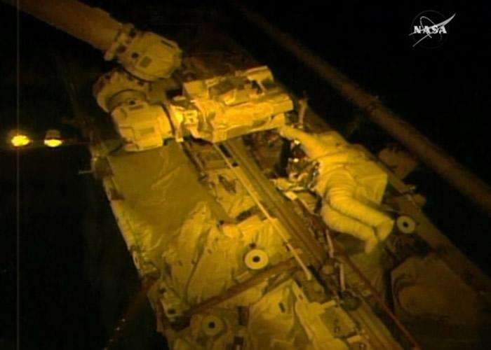 阿卡巴在国际空间站外进行维修任务。