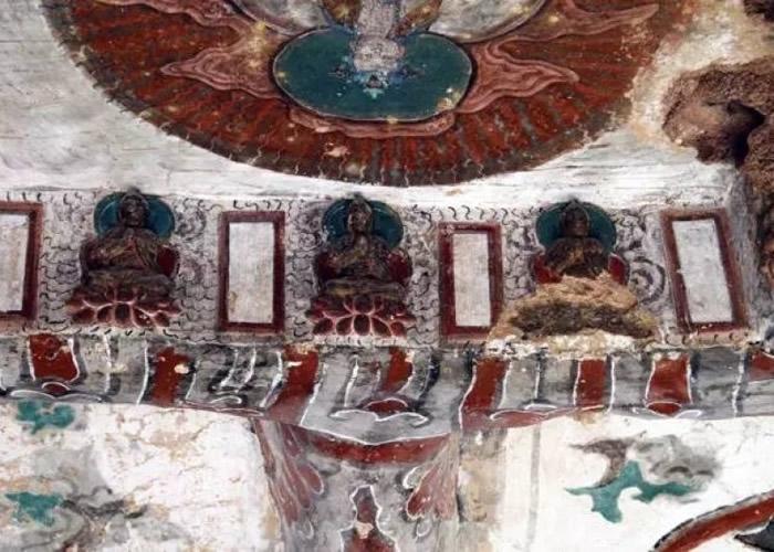 石窟内的壁画出现脱落。