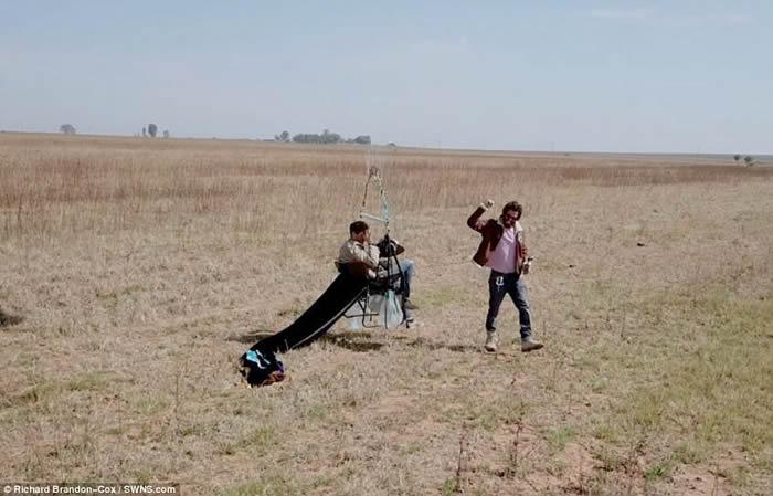 英国历险公司老板乘着100个氦气球和露营椅冲天跨越非洲25公里