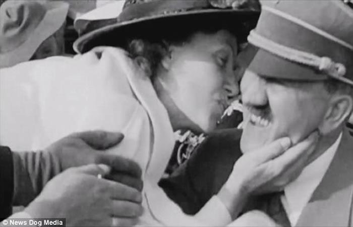 罕见镜头:美国女游客情不自禁强吻希特勒