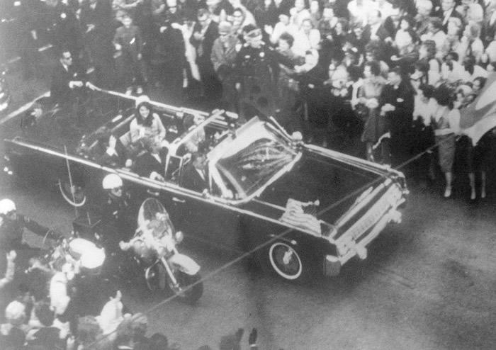 肯尼迪总统乘坐开篷车巡游时遇刺。
