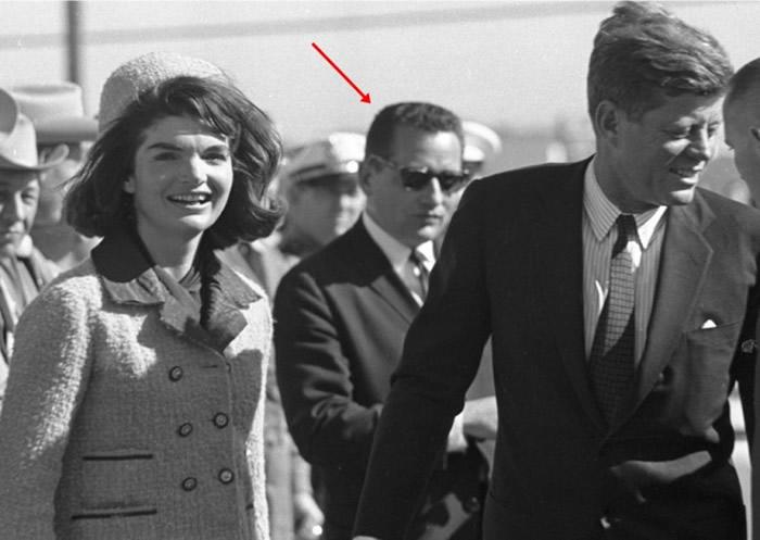 希尔(箭头示)专责保护肯尼迪夫妇(前二人)。