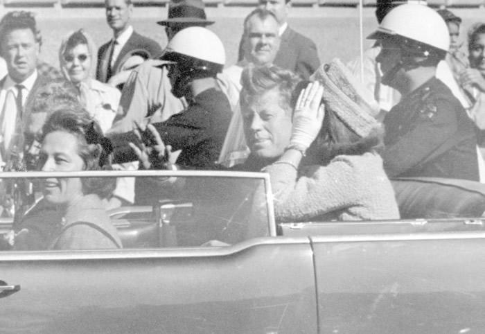 肯尼迪(中)坐开篷车巡游时被人开枪刺杀身亡。