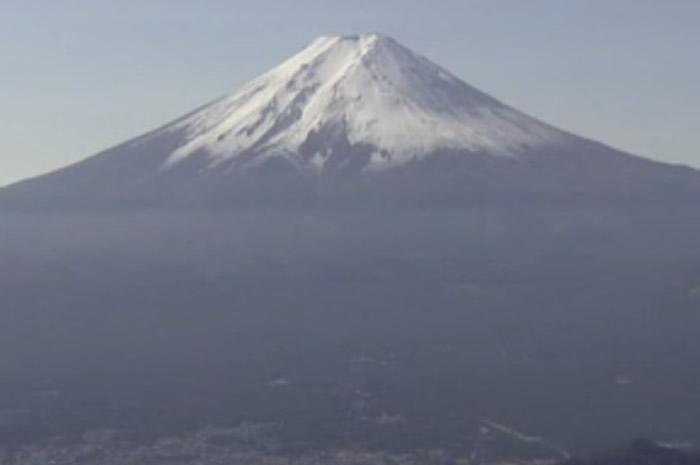 富士吉田市确认富士山首见积雪。