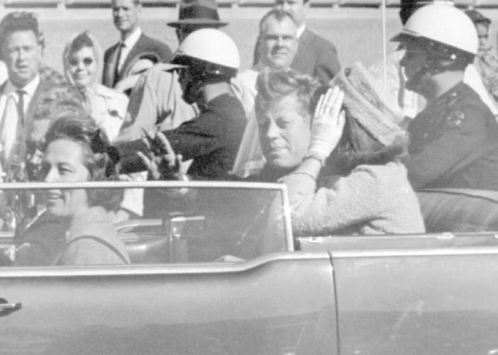 肯尼迪(后座左)遇刺前,与太太积琪莲乘坐开篷车巡游。
