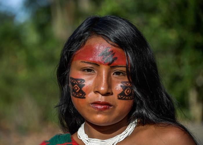 不论男女,其脸上皆涂抹特别的图腾。