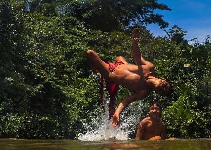 原住民在河中嬉戏。