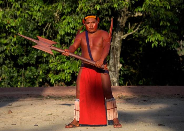 族人手持传统的歌舞用具。