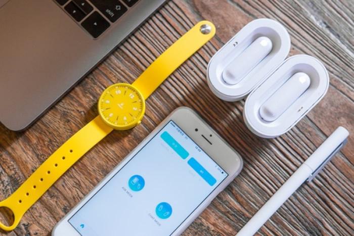 耳机配以手机软件传译。
