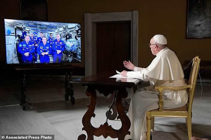 国际空间站宇航员与教宗方济各视频连线通话 分享寂静太空生活