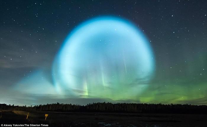 俄罗斯西伯利亚夜空出现UFO白光 疑为发射弹道