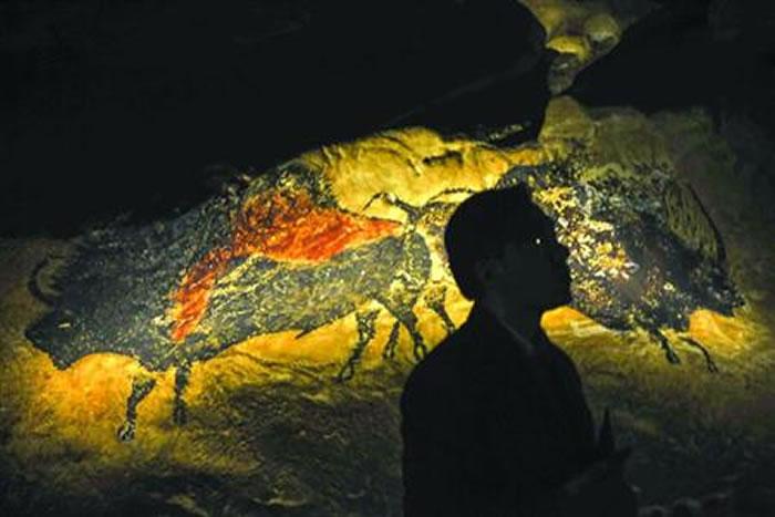 通过真实大小的复制洞壁,参观者可身临其境地感受2万年前的拉斯科世界。晨报记者 陈征