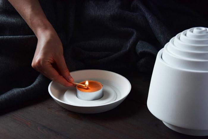 用家只须点燃底盘上的蜡烛即可享受温暖。