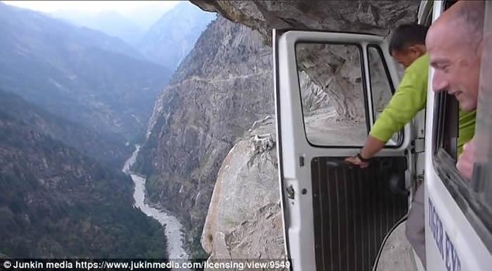 喜马拉雅山死亡公路 一不留神直坠谷底