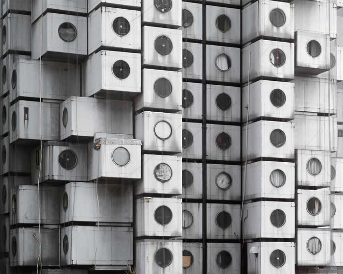 中银胶囊塔由140个可拆卸重组的胶囊住宅构成。此为其2015年的样貌。 PHOTOGRAPH BY NORITAKA MINAMI