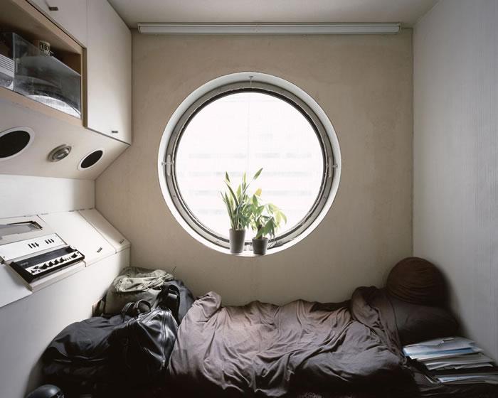 有住户长期以胶囊住宅为家。 PHOTOGRAPH BY NORITAKA MINAMI