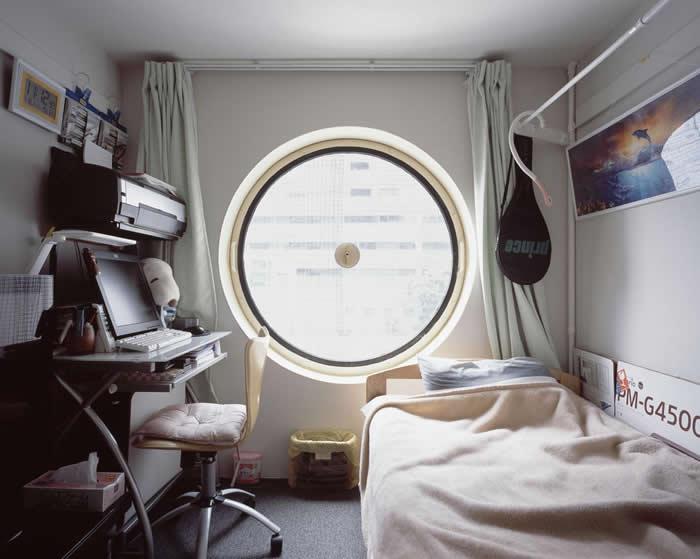 每个胶囊住宅的面积都只有9.9平方公尺,空间配置不易。 PHOTOGRAPH BY NORITAKA MINAMI
