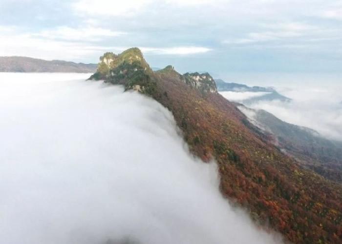 神农架天门垭清晨出现涌云。