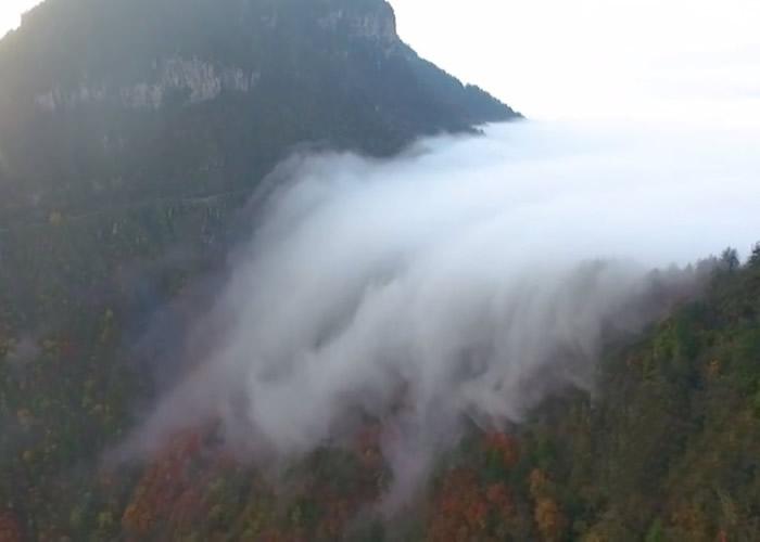 云海瀑布奇观一直持续了逾4个小时。