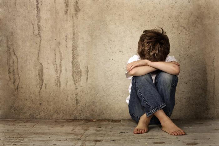 研究指在多重逆境下长大的儿童,其脑部主管情绪和判断能力的区域较小。