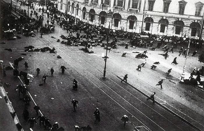 布尔什维克的夺权遭临时政府镇压。